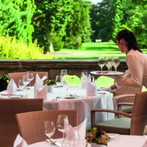 KLEIN Schloss_Kronberg_Restaurant_Terrasse_Bedienung