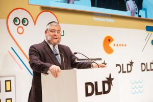 MUNICH/GERMANY - JANUARY 16: Rabbi Pinchas Goldschmidt announces the winner of the CERPrize 2017 during the DLD17 (Digital-Life-Design) Conference at the Alte Bayerische Staatsbank on January 16, 2017 in Munich, Germany. DLD is Europe's big conference of innovation, digitization, science and culture, which connects business, creative and social leaders, opinion formers and influencers for crossover conversation and inspiration. (Photo: picture alliance / Jan Haas) | Verwendung weltweit