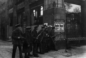Originaltitel: Soldaten mit Waffen Unter den Linden, Ecke CharlottenstraßeAufnahmedatum: November 1918Material/Technik: FotoBerlinInventar-Nr.: WR_ON0320 Werbliche Nutzung nur nach Rücksprache!