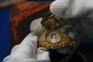 Armspange und Portrait Sisi