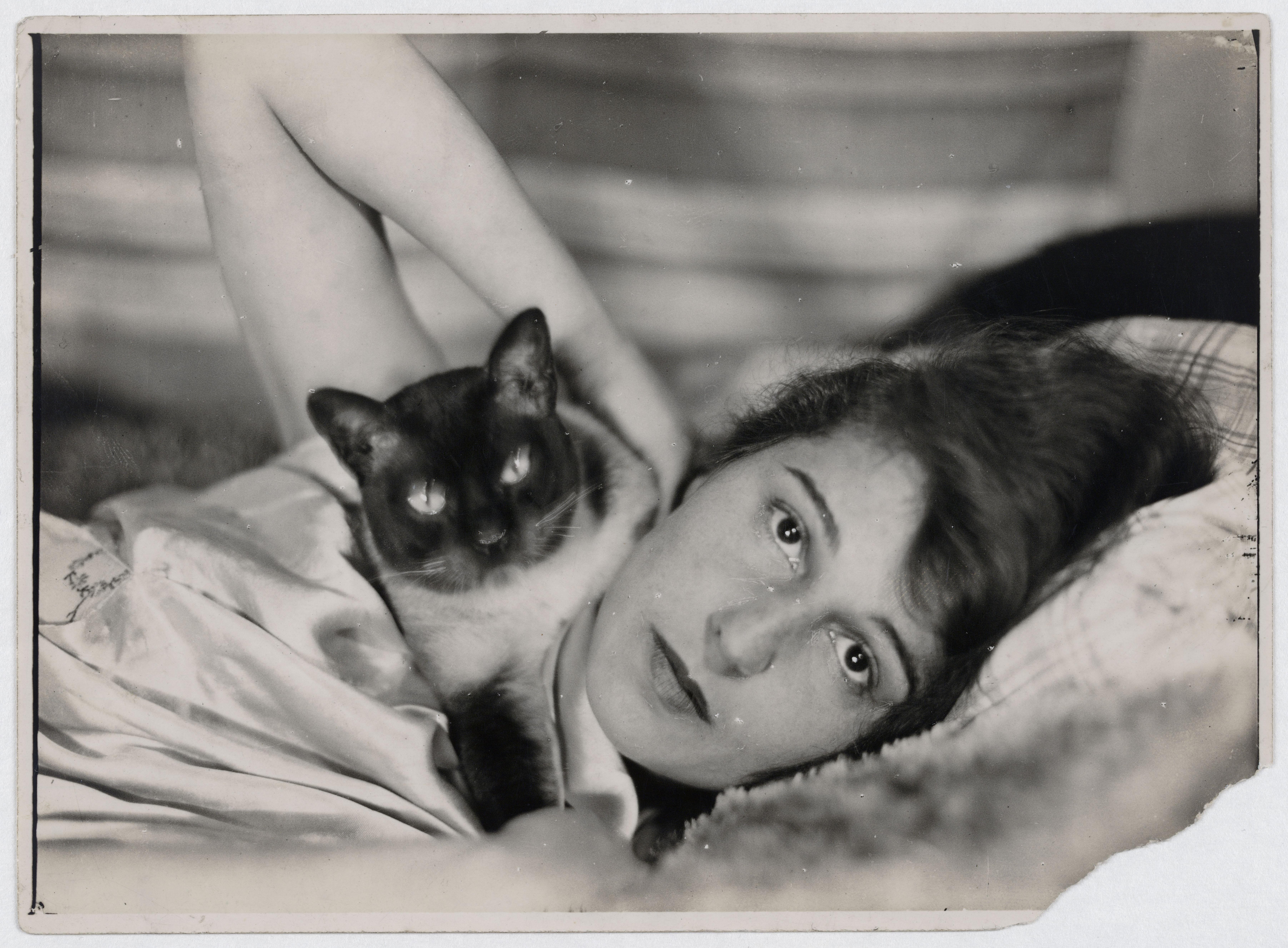 Umbo_Ruth-Landshoff-mit-Katze_1928_Berlinische-Galerie